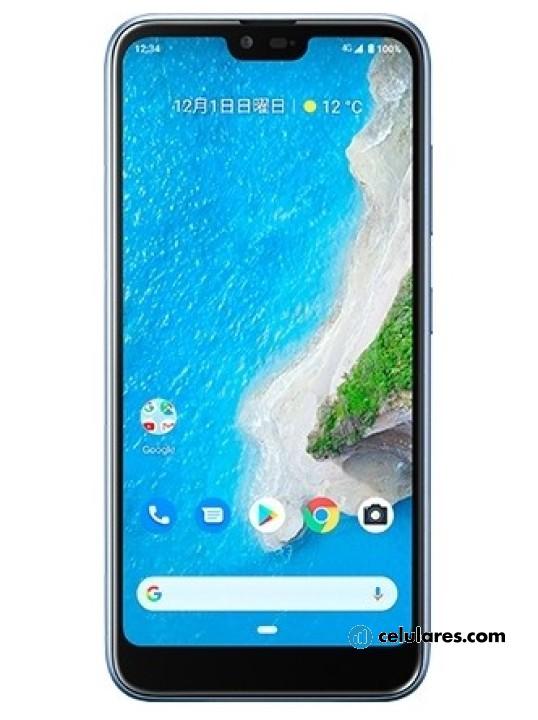 Fotografía grande Varias vistas del Kyocera Android One S6 Azul y Blanco y Negro. En la pantalla se muestra Varias vistas